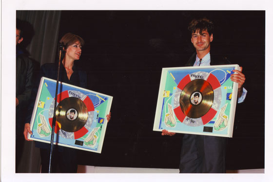 """Remise du disque d'Or de """"La Notte, La Notte"""" par Françoise Hardy, 1985 <br /> Crédit : Pierre René-Worms"""